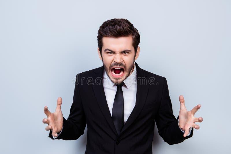 Portret gniewny zapracowany biznesmen sreaming w furii ponieważ obraz royalty free