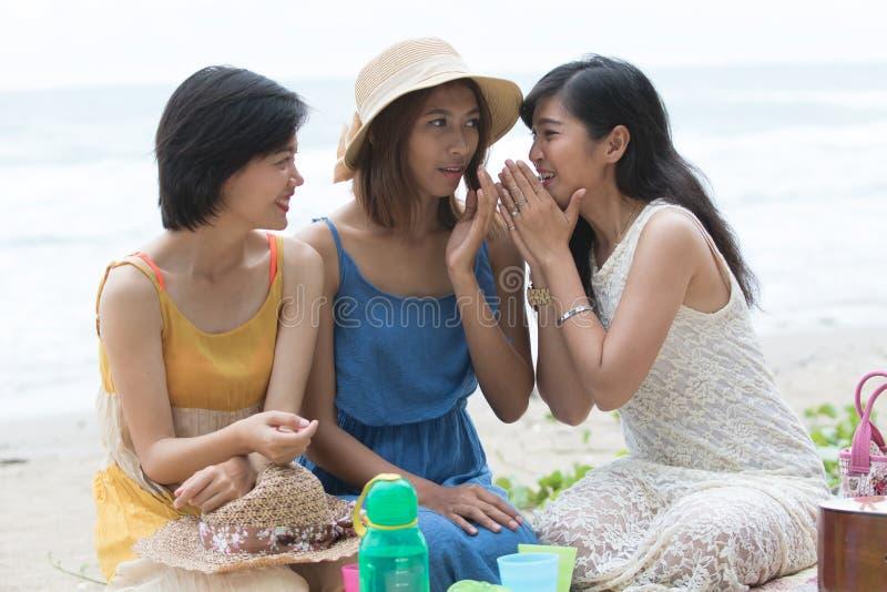 Portret grupa młody piękny kobieta przyjaciela plotki szeptać obraz royalty free