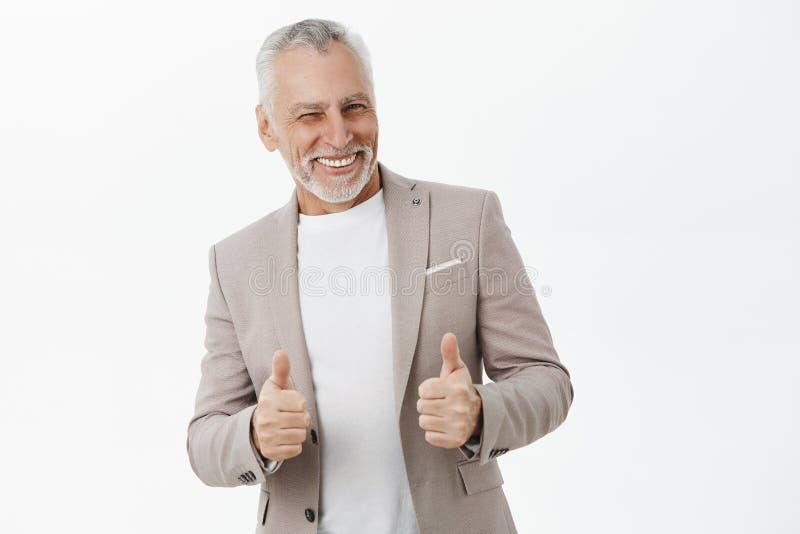 portret gwarantujący stary przystojny mężczyzna z popielatą brodą i wąs zadowolony i pomyślny mruga i ono uśmiecha się zdjęcia stock