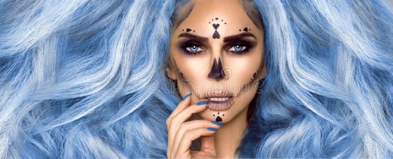 Portret Halloween Sexy Witch Piękna, młoda kobieta w czarownicach, makijaż z długimi, zakręconymi, barwnymi włosami i jasnymi ust zdjęcia stock