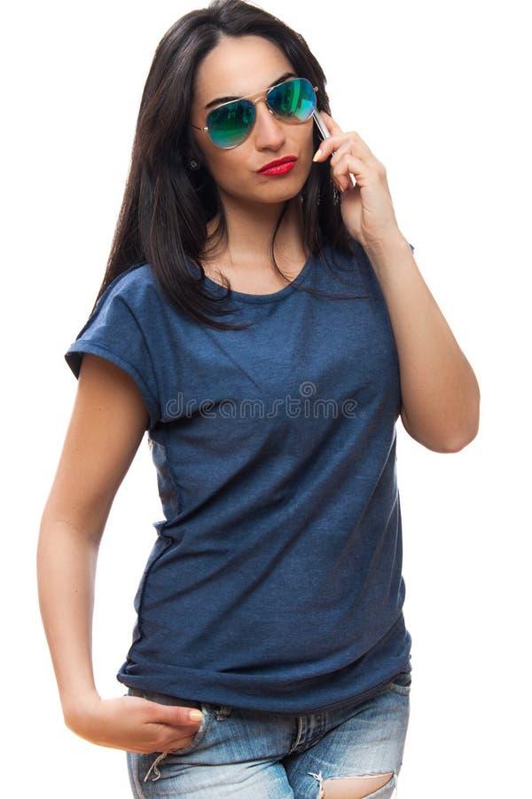 Portret happi uśmiechnięte kobiety z okularami przeciwsłonecznymi ubierał w błękitnym obraz royalty free
