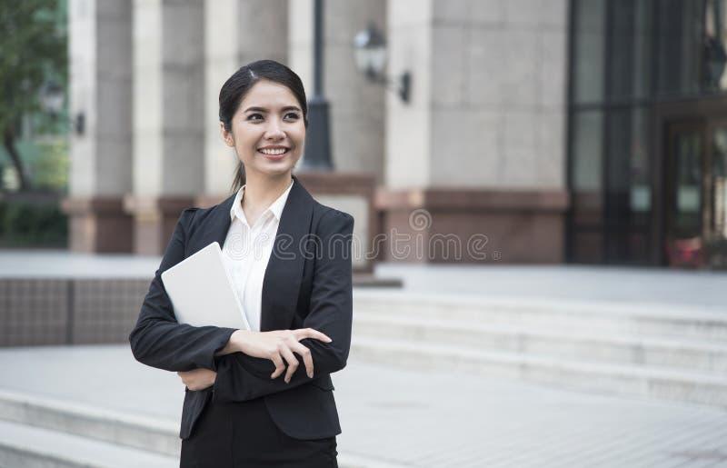 Portret het jonge Aziatische onderneemster knappe kijken stock afbeeldingen