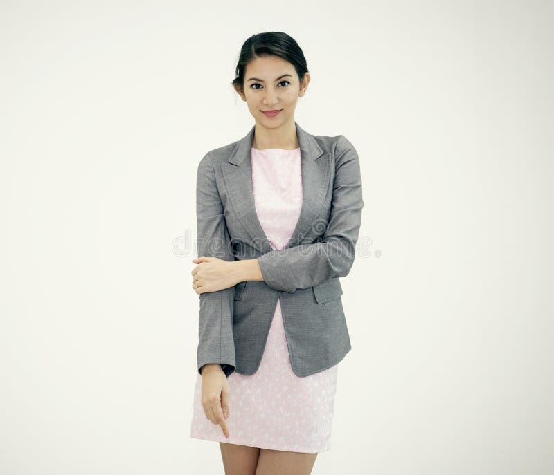 Portret het jonge bedrijfsvrouw zekere glimlachen op grijs royalty-vrije stock afbeelding