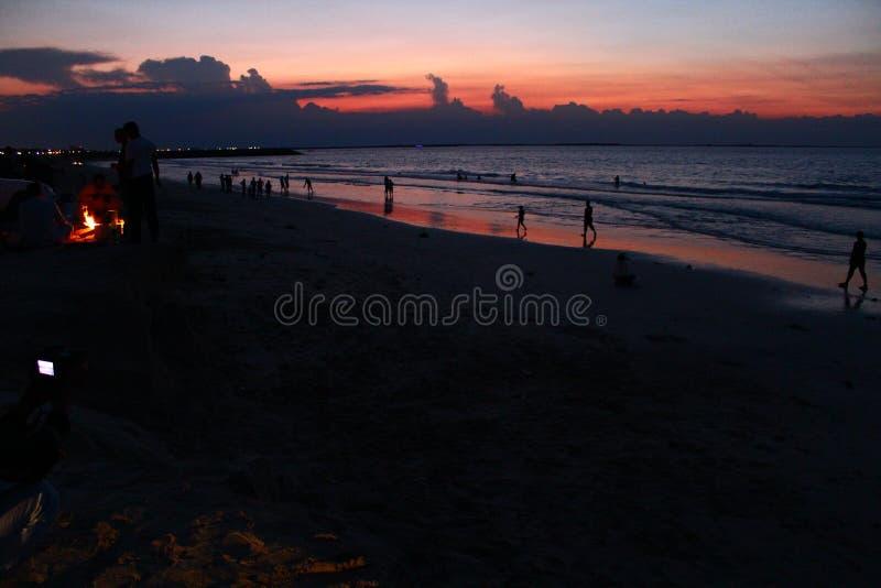 Portret het Mooie van de overzeese van de de zonsondergang kleurrijke hemel strandzonsopgang de meningsmensen lopen royalty-vrije stock afbeelding