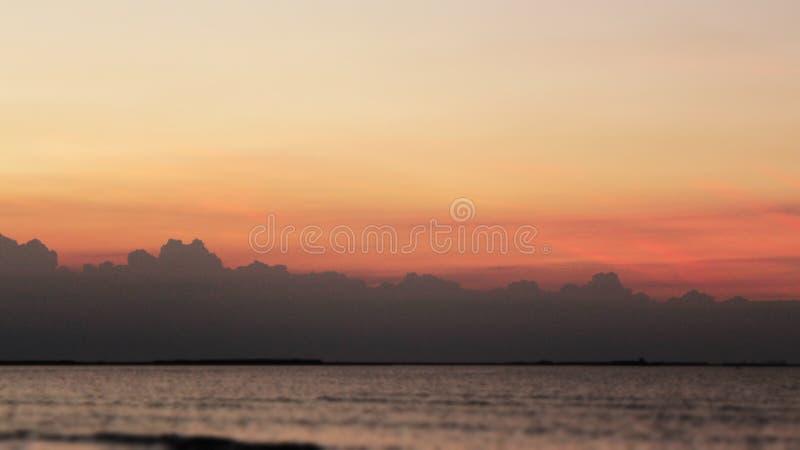 Portret het Mooie van de overzeese van de de zonsondergang kleurrijke hemel strandzonsopgang de meningsmensen lopen royalty-vrije stock foto