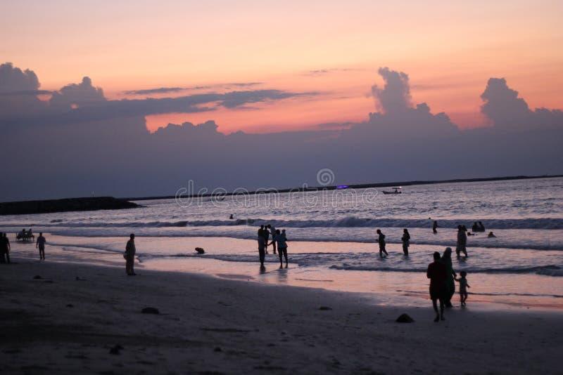 Portret het Mooie van de overzeese van de de zonsondergang kleurrijke hemel strandzonsopgang de meningsmensen lopen stock fotografie