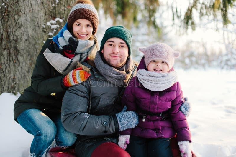 Portret het vrolijke familie openlucht ontspannen stock afbeeldingen
