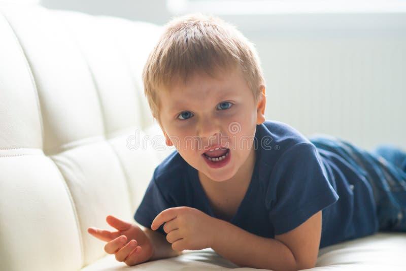 Portret histeryczna chłopiec Wzburzony caucasian dzieciak płacze w domu zdjęcie stock