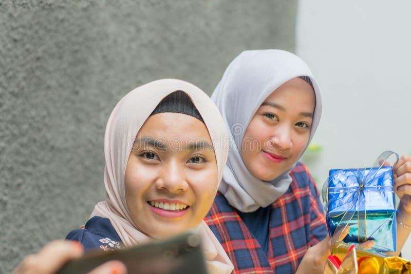Portret holowniczy hijab bestfriend bierze selfie wp?lnie zdjęcie royalty free