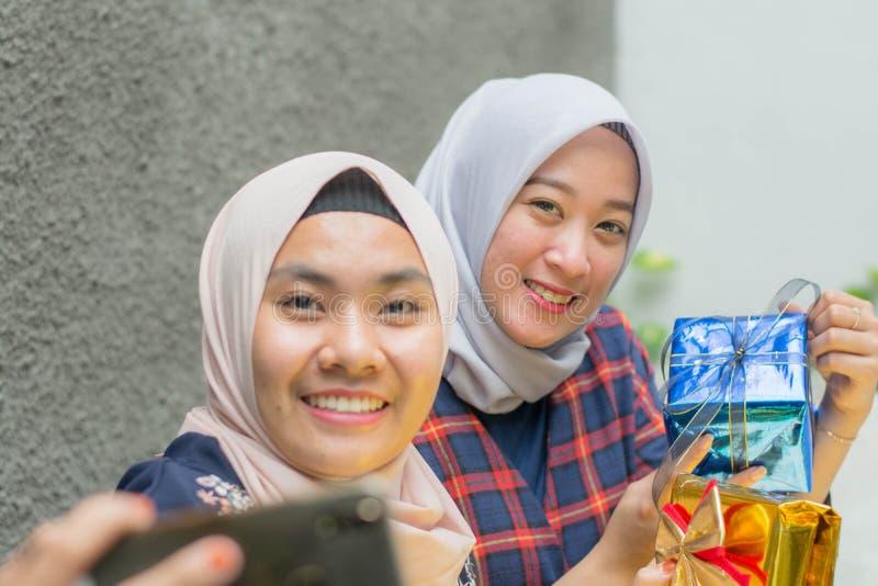 Portret holowniczy hijab bestfriend bierze selfie wp?lnie zdjęcia royalty free