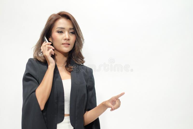Portret houdt de mooie Aziatische vrouw status, de telefoon royalty-vrije stock afbeelding