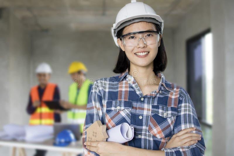 Portret inżynierii kobiety przy budową z pracownikiem w fotografia royalty free