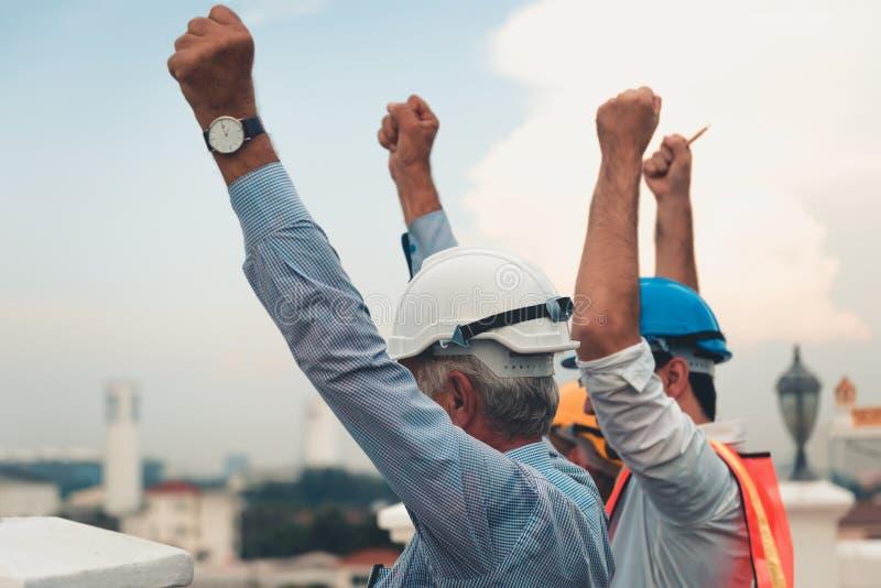 Portret inżynierii praca zespołowa pokazuje ręki up po busi fotografia stock
