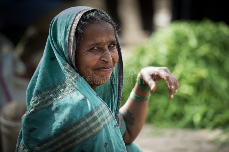 Portret Indiańska starszej osoby kobieta w lokalnym ranku rynku przy Hospet zdjęcie royalty free