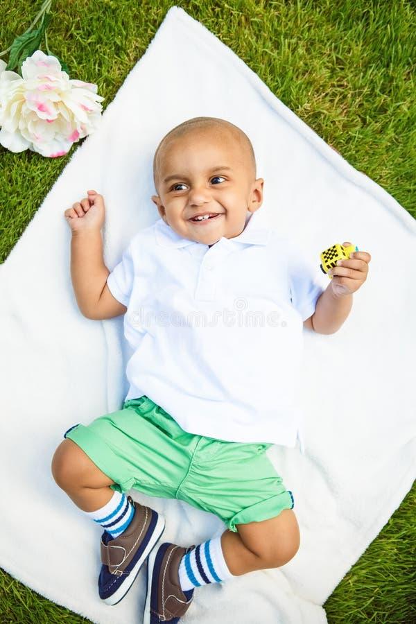 Portret indyjska chłopiec z zabawką obrazy royalty free