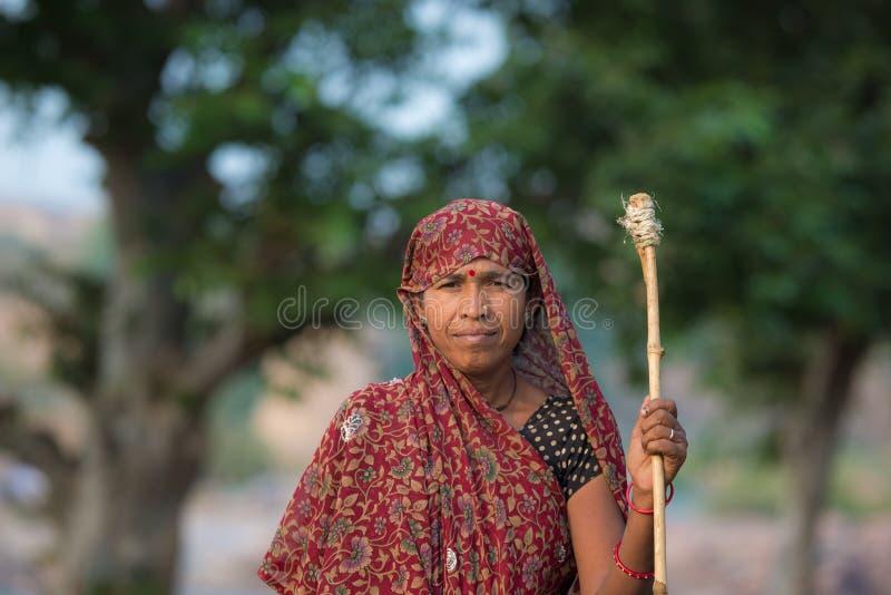 Portret indyjska kobieta z kijem w wsi przy Ocrhha, outdoors, India zdjęcie royalty free