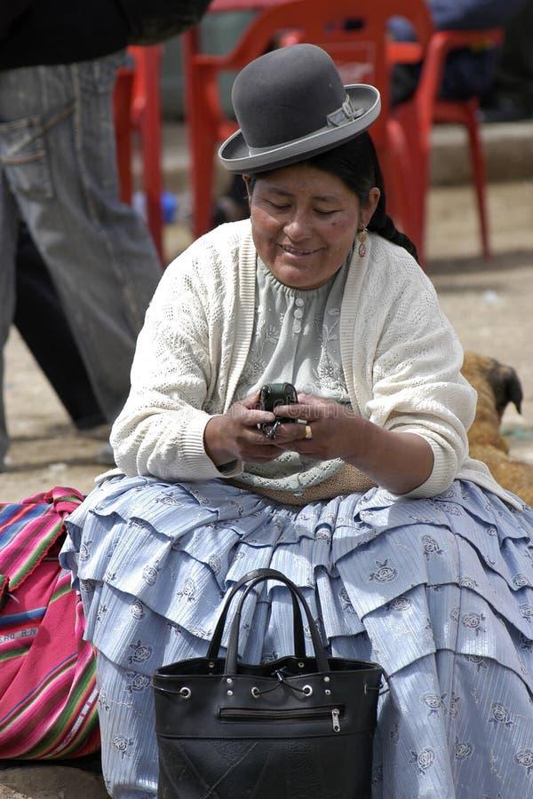 Portret Inheemse Amerikaanse vrouw met celtelefoon royalty-vrije stock afbeelding