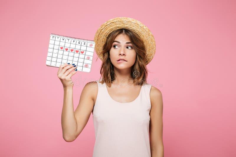 Portret intrygująca wątpliwa dziewczyna w lato kapeluszu zdjęcie stock