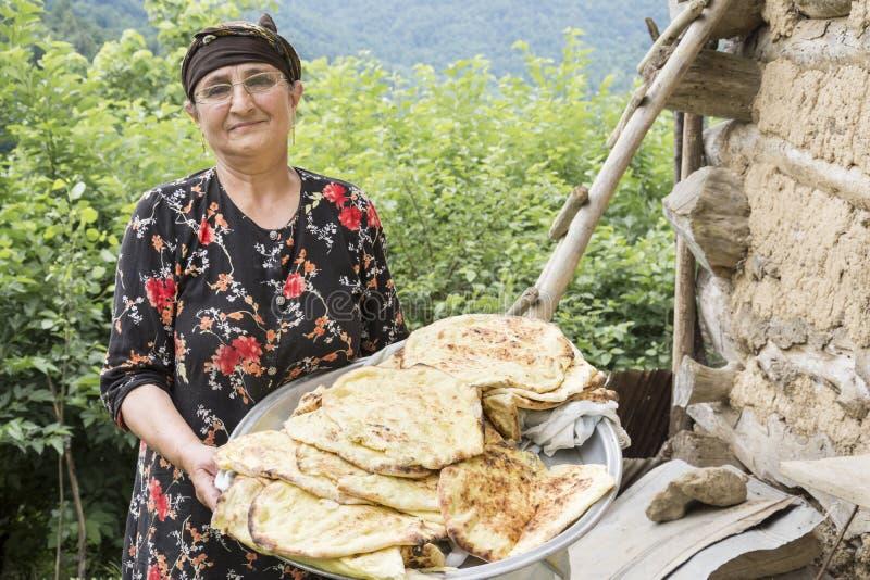 Portret irańska kobieta w tradycyjnym sukiennym mieniu piec zdjęcie stock
