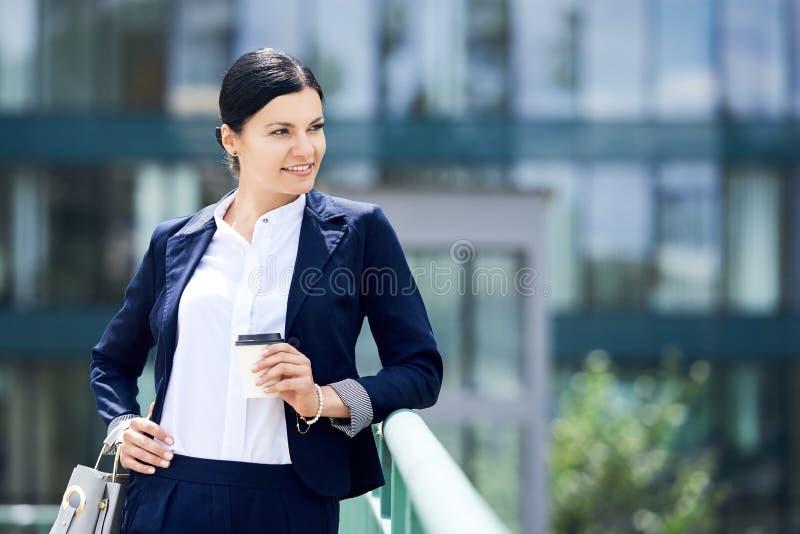 Portret jaźni zaufania biznesowa kobieta z kawą iść obraz stock