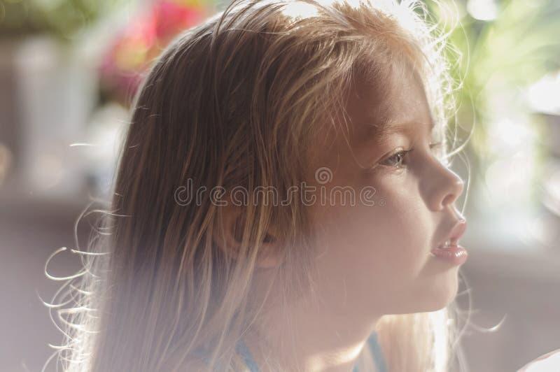 Portret jasnogłowa dziewczyna w pokoju fotografia royalty free