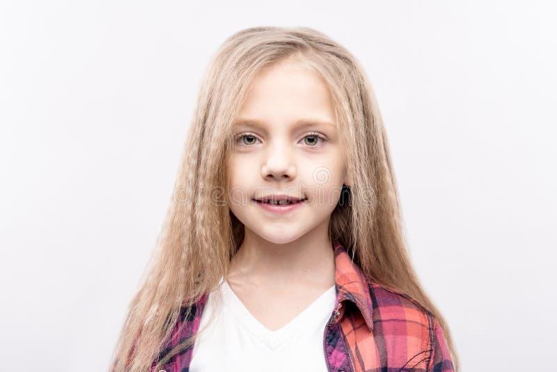 Portret jasnogłowy małej dziewczynki ono uśmiecha się zdjęcie royalty free