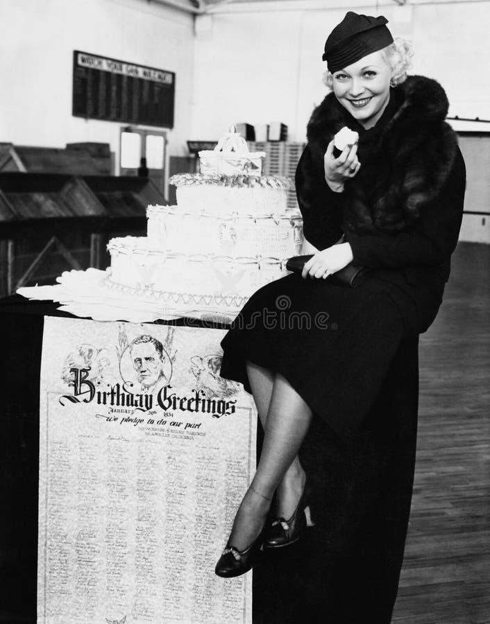 Portret je urodzinowego tort kobieta (Wszystkie persons przedstawiający no są długiego utrzymania i żadny nieruchomość istnieje D zdjęcie stock