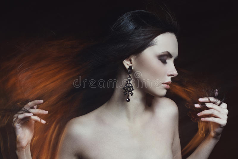 Portret jeden piękna kobieta w mieszanym świetle obraz stock