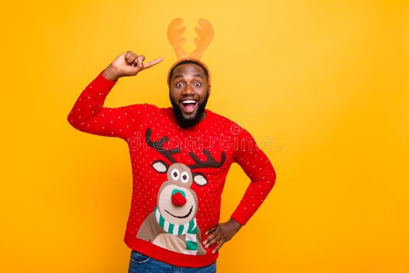 Portret jego on ładny atrakcyjny rozochocony radosny uradowany ekstatyczny szalony ostry facet jest ubranym demonstrujący Santa s obrazy stock