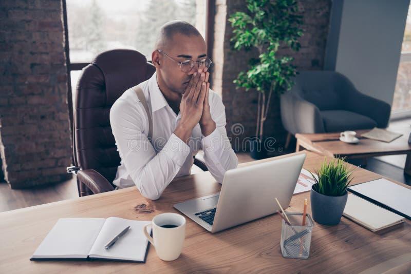 Portret jego ładny ruchliwie skupiający się faceta przewodniczący bada analizing czytający pieniężne sprzedaże planuje strategia  zdjęcia stock