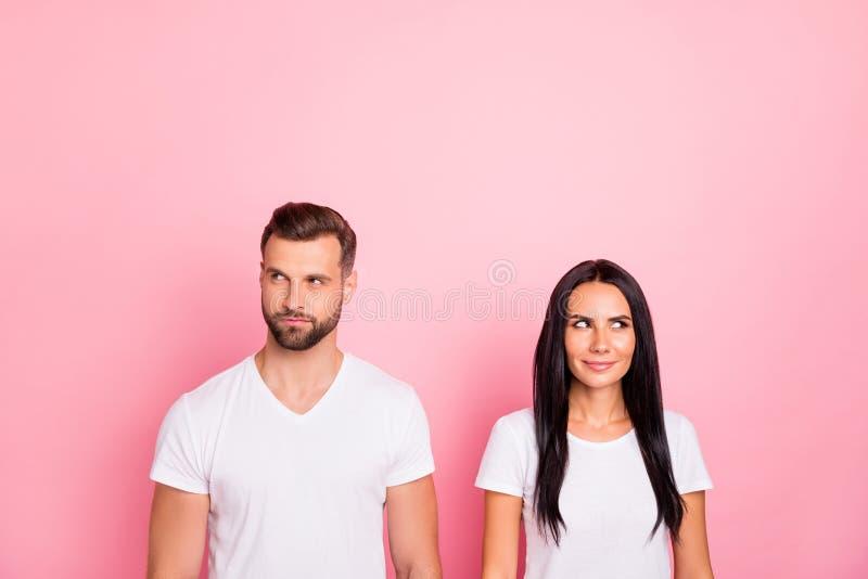 Portret jego on ona ona dwa przyglądająca atrakcyjna urocza powabna śliczna winsome rozochocona osoba patrzeje na boku zdjęcie royalty free