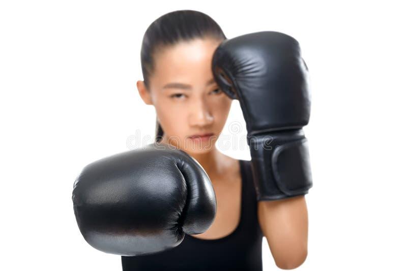 Portret jest ubranym Azjatycka kobieta boksujący ubrania, ostrość na rękawiczkach zdjęcie royalty free
