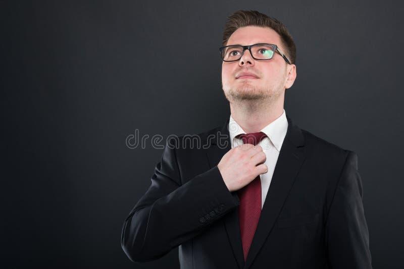 Portret jest ubranym czarnego kostiumu ułożenia krawat biznesowy mężczyzna zdjęcia royalty free