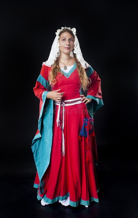 Portret jest ubranym czerwień średniowieczna dziewczyna zdjęcie stock