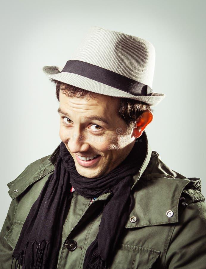 Portret jest ubranym kapelusz i szalika młody człowiek zdjęcie royalty free