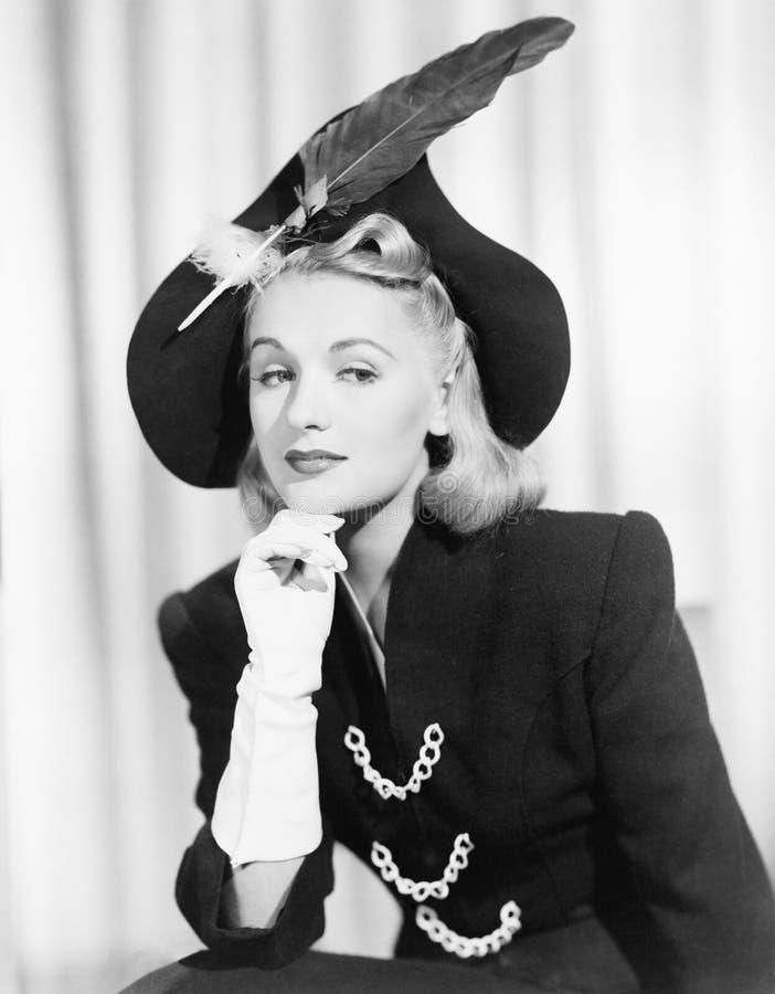 Portret jest ubranym kapelusz z piórkiem kobieta (Wszystkie persons przedstawiający no są długiego utrzymania i żadny nieruchomoś obrazy stock