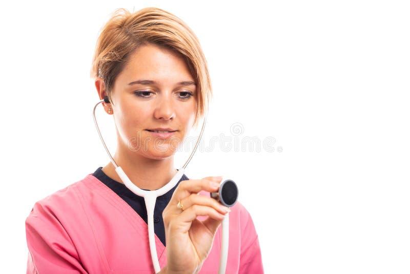 Portret jest ubranym menchie żeński weterynarz szoruje używać stetoskop zdjęcie stock