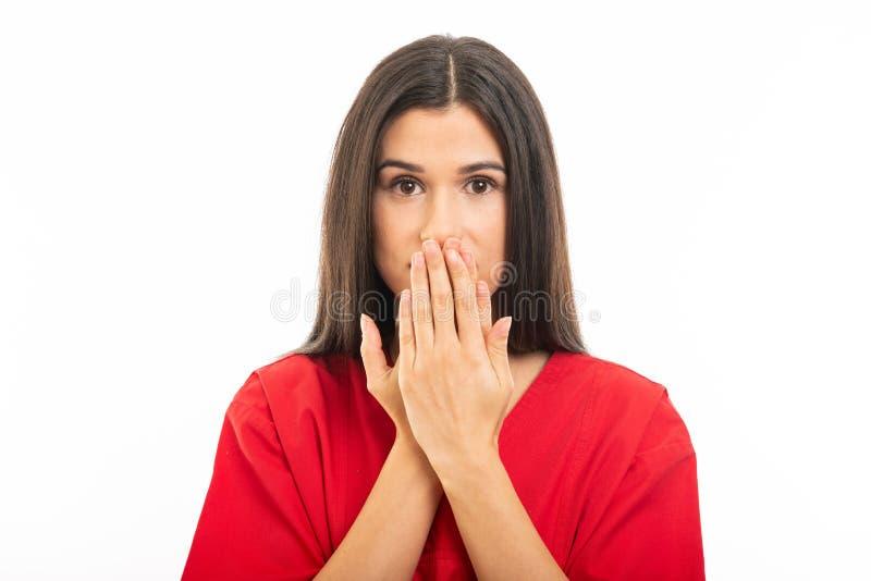 Portret jest ubranym p?taczki zakrywa usta jak niemy poj?cie piel?gniarka obrazy stock