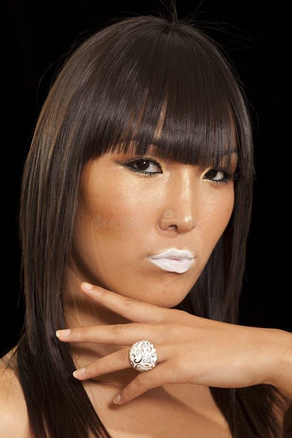Portret jest ubranym pierścionek z białą pomadką piękna młoda kobieta zdjęcie stock
