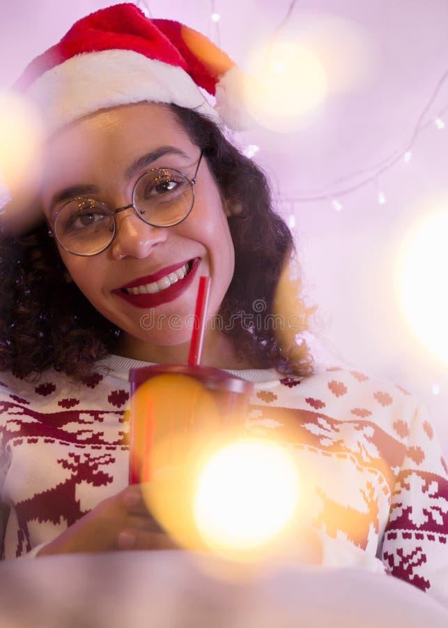 Portret jest ubranym Santa kapelusz, bożego narodzenia dri i pulower dziewczyna i fotografia stock