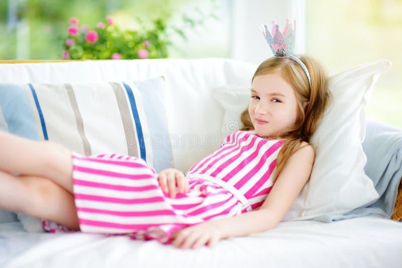 Portret jest ubranym suknię i princess tiarę urocza mała dziewczynka obraz stock