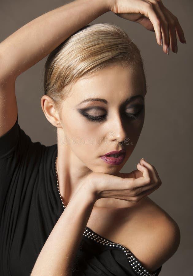 Portret jest ubranym zirytowanego makeup blondynki kobieta zdjęcie royalty free