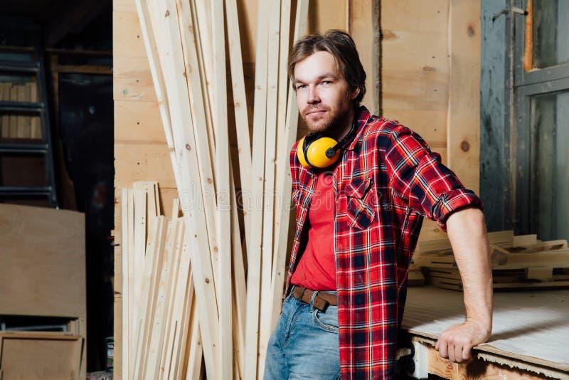 Portret joiner w warsztacie zdjęcie stock