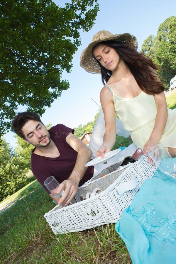 Portret jong paar tijdens romantische picknick in platteland royalty-vrije stock foto's