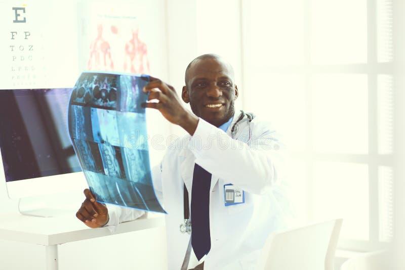 Portret jonge Afrikaanse medische arts die de geduldige röntgenstraal van ` houden s royalty-vrije stock afbeeldingen