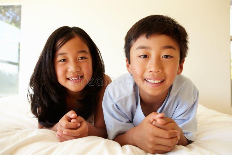 Portret jonge Aziatische meisje en jongen stock afbeelding