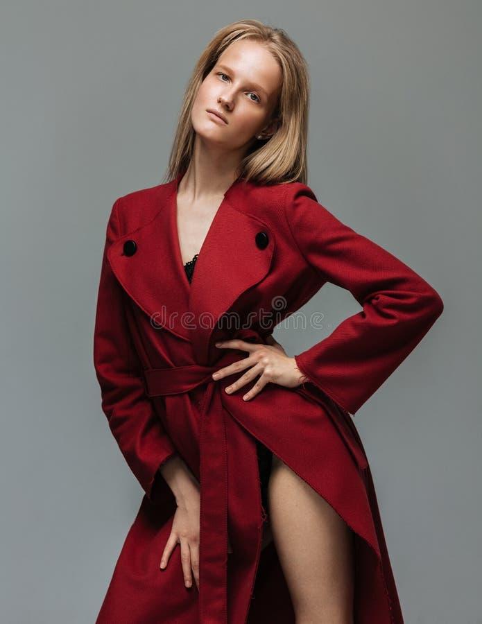Portret jonge elegante vrouw in rode laag royalty-vrije stock foto