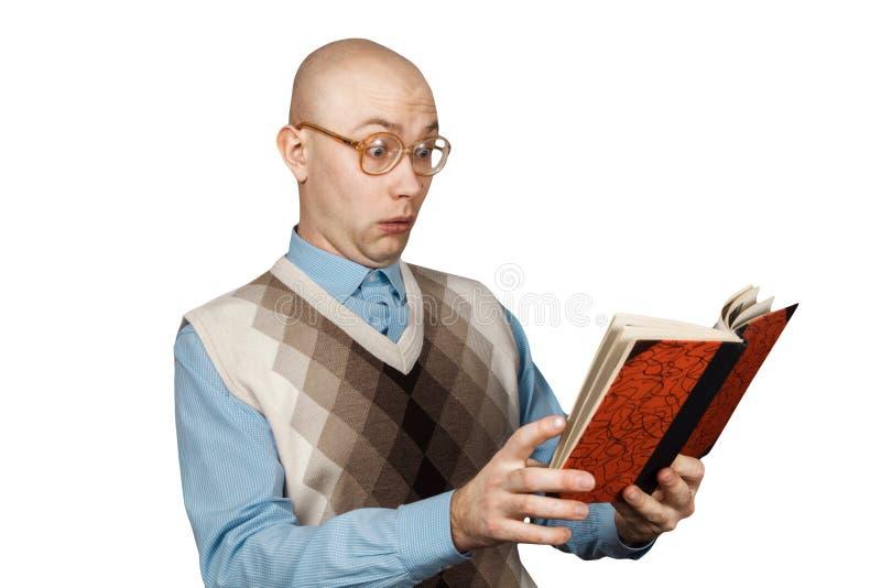 Portret Jonge kale kerel in boek lezen en verraste glazen die Mens die op witte achtergrond wordt geïsoleerdp stock foto's