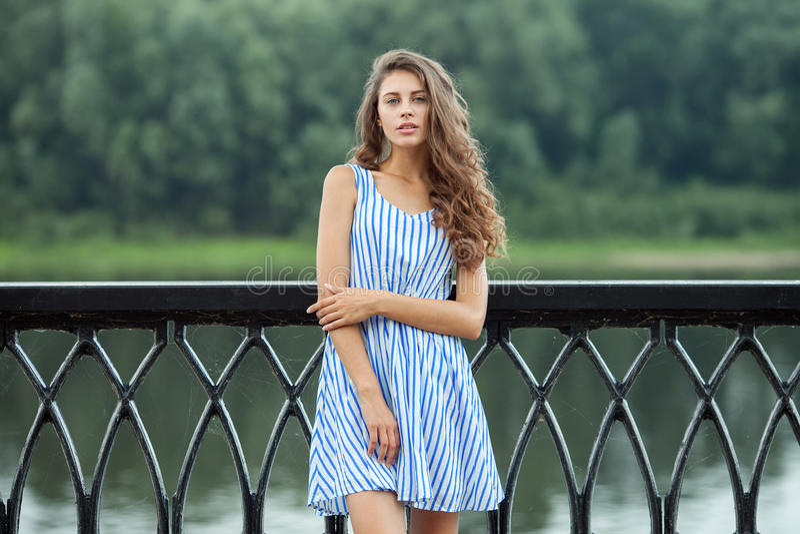 Portret jonge mooie vrouw in witte blauwe gestreepte kleding, de zomer rver park in openlucht royalty-vrije stock fotografie