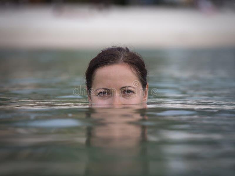 Portret jonge vrouw in zeewater stock fotografie